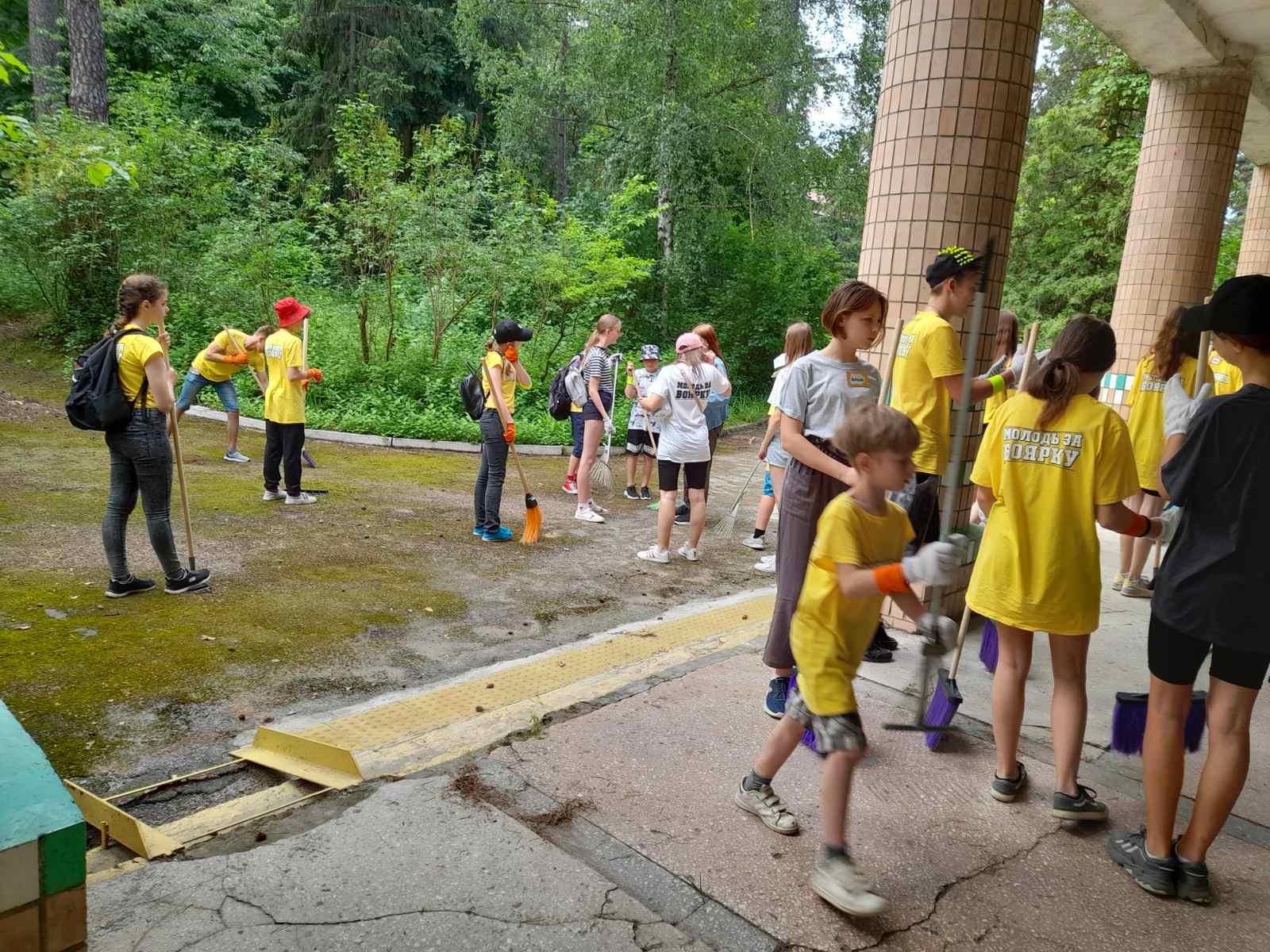 діти з табору допомогають