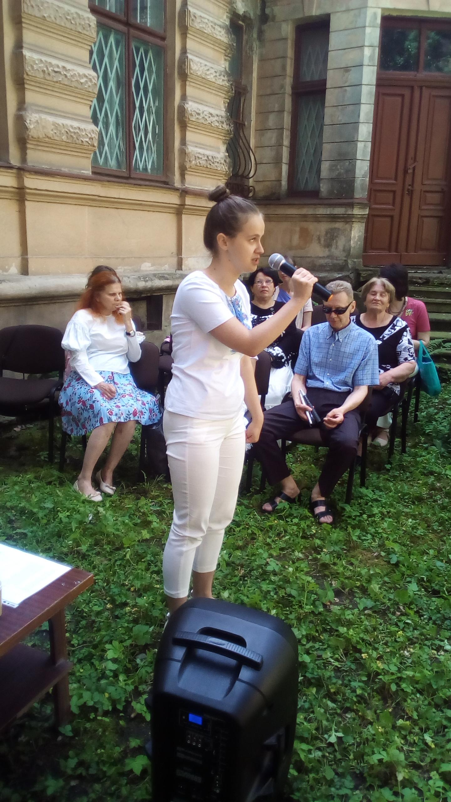 жінка читає вірш