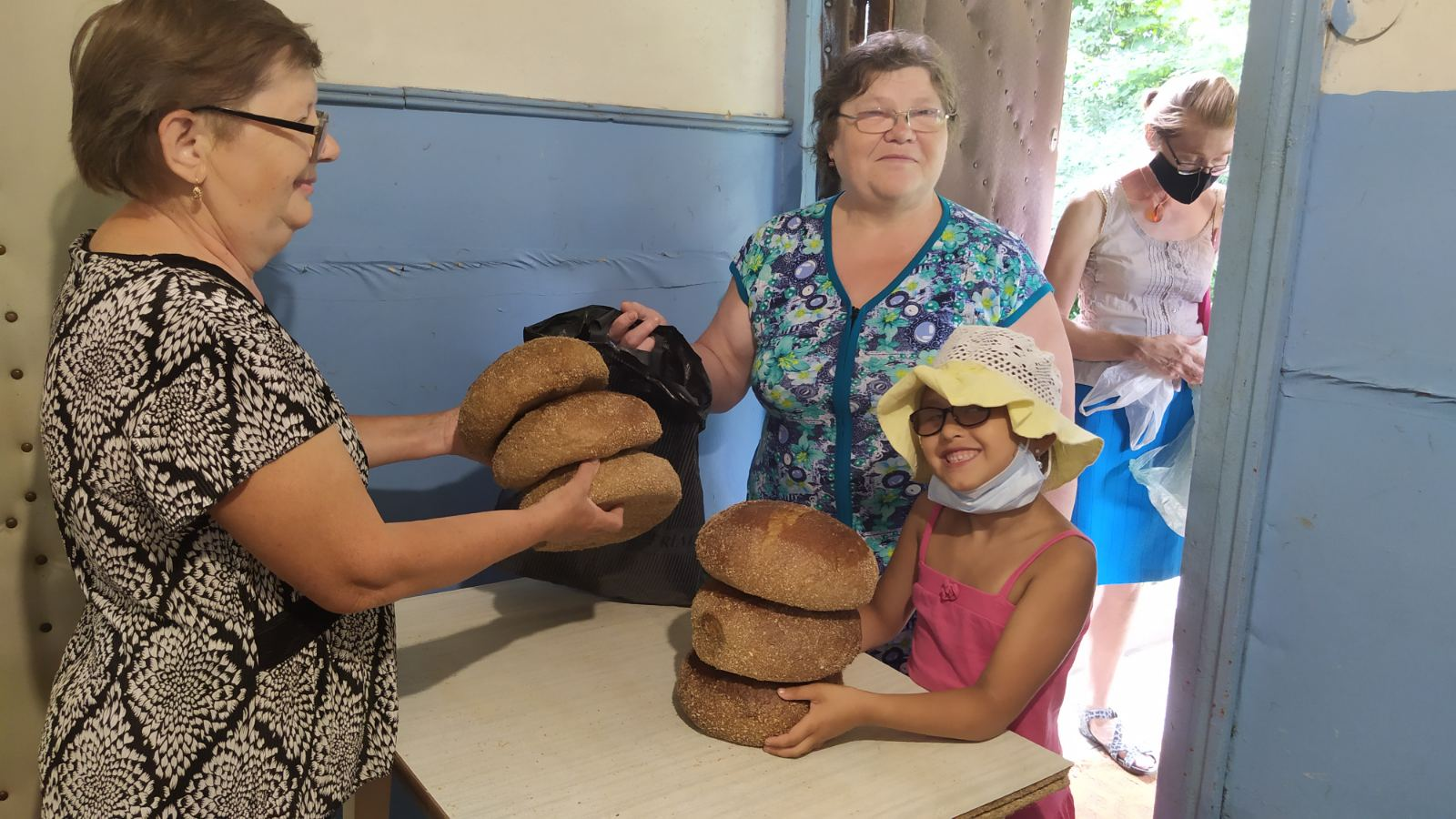 жінка отримує хліб