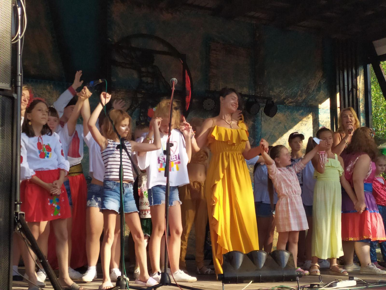 учасники фестивалю на сцені